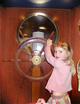 Danskebåten barn ved roret